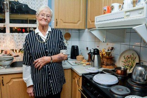 FIKK IKKE HJELP: Hedvik Stokke (94) trykket på trygghetsalarmen da kjøkkenskapet falt ned idet hun skulle sette noe inn i det. Men til slutt var det hennes egne pårørende som måtte rykke ut og hjelpe henne.
