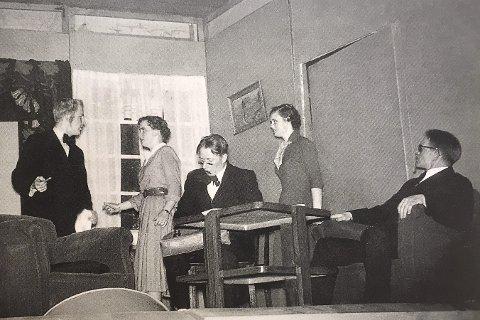 Folksomt på scenen: Scene fra «Den spanske flue». Fra venstre: Anne-Grethe Hafskjold (Graff), Nils Kraugerud, Berit Holter (Braathen), Magne Holmen, Helga Hafskjold (Bjerkø) og Knut Braathen.