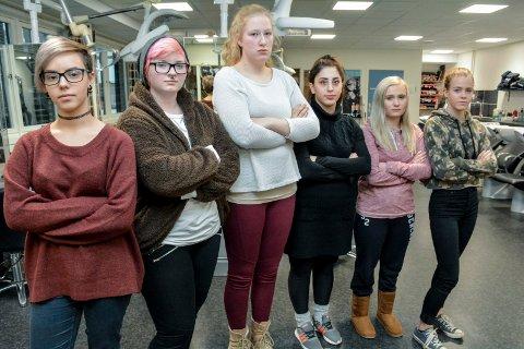 KRITISKE: Elevene sier et høyt og tydelig nei til forslaget om å legge ned frisørlinja på St. Hallvard videregående. Fra venstre: Weronika Szewczuk (17), Robin Berg (19), Marie Thygesen (17), Sengul Karim (21), Rebecka Hodt Holm (17) og Caroline Brunsell Foss (17).