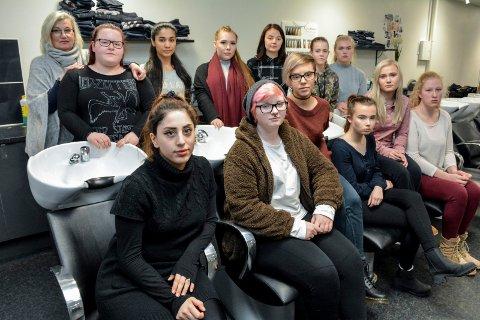 IKKE RØR LINJA VÅR: Både elever og lærere slår ring om frisørlinja på St. Hallvard videregående. Bak fra venstre: Anne Randi Lie (lærer), Emma Keele (17), Khaterah Rahimi (17), Karoline Olofsson Romuld (19), Emma Helen Fredsvik Kolstad (17), Caroline Brunsell Foss (17) og Camilla Wear (17). Foran fra venstre: Segul Karim (21), Robin Berg (19), Weronika Szewczuk (17), Charlotte Weidemann Erke (17), Rebecka Hodt Holm (17) og Marie Thygesen (17).