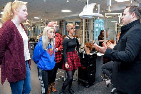 STØTTER ELEVENE: Lavrans Kierulf sier han forstår elevenes motstand mot nedlegging av frisørlinja på St. Hallvard videregående skole. Fra venstre: Marie Thygesen, Rebecka Hodt Holm, Robin Berg og Weronika Szewczuk.