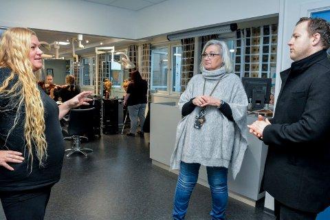 KRITISKE: Lærerne på frisørlinja, Torunn Bjugan Hansen (t.v.) og Anne Randi Lie synes det er meningsløst å legge ned frisørlinja på St. Hallvard videregående, som blant annet ble pusset opp for en halv million kroner for kun fire år siden.