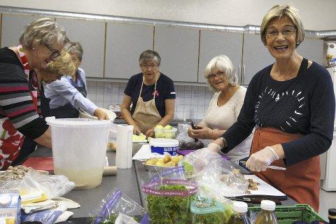 Her går det unna: F.v. Jorunn Sjølie, Åse Bodin, Ellen Vinge, Grete Gilje, Rannveig Sundby og Oddveig Selvig er i full gang med produksjonen av silderetter.