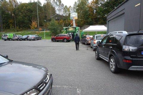 KØ: Det var kø i lange perioder da Eco-1 åpnet den nye biodiesel-pumpen utenfor Liertoppen kjøpesenter lørdag.