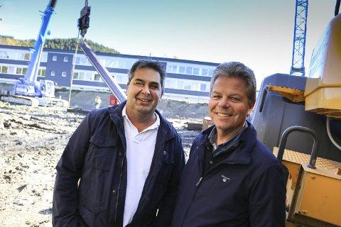 Godt fornøyde: Byggingen av Fossveien 10 er i gang. 25 av 28 leiligheter er solgt. Det er Rune Halstensen (til venstre) og Tor Engebakken godt fornøyde med.      FOTO: Pål A. Næss