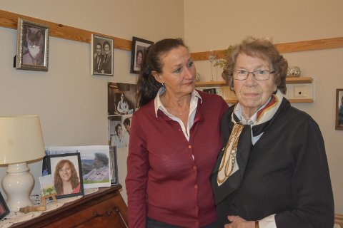 Glad i hjemmet sitt: Kathleen Stenbro (t.h.) og datteren May-Britt Stenbro håper politikerne tenker seg om to ganger før de kutter i bemanningen på Nøstehagen.