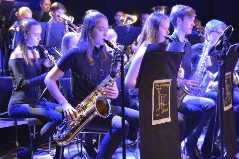 THE JAZZ BAND: Saksofonrekka til Trømborg Jazz Band, med Mathilde Sofie Strøm (18) i forgrunnen. – Det er utfordrende, men gøy, å spille jazz, forteller Mathilde.