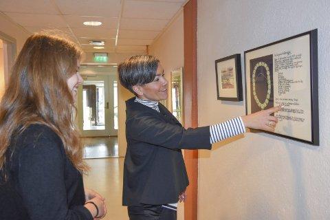 Kjedet: Ordfører Gunn Cecilie Ringdal viser Eir Heen oversikten som forteller hva bildene på ordførerkjedet betyr.