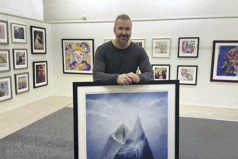 KUNSTFORMIDLER: Bjørnar Sedal står bak popup-galleriet på Liertoppen kjøpesenter, der han stiller ut grafikk av Vebjørn Sand og Marianne Aulie.