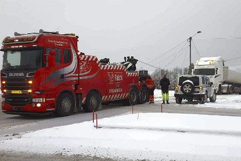 MÅTTE FÅ HJELP: Lastebilen måtte få drahjelp fra Falck for å komme seg opp bakken i Grøttegata onsdag morgen.