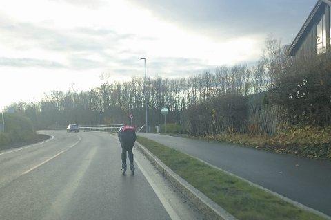 Hvor skal han være? – Er det riktig at rulleskiløperen ligger i veibanen og sinker trafikken når det er en splitter ny sykkelsti rett ved siden av, spør Per M. Tangerud.