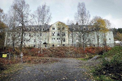 Saneres: Rundt 90 år etter at de ble bygd er to av byggene på Lier sykehus-tomten klar til å rives.