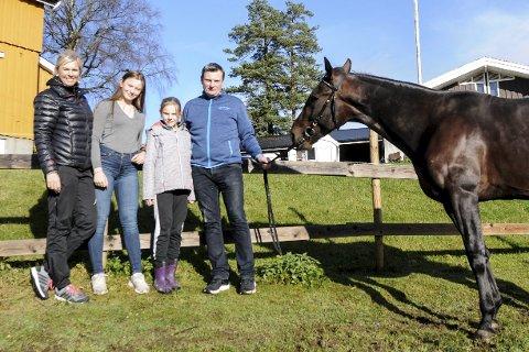 Fra venstre: Nora Udjus Hanssen, Elida Udjus Pedersen, Iben Udjus Pedersen, Truls G. Pedersen, og Born In The USA – til daglig kalt Bosse.foto: pål A. Næss