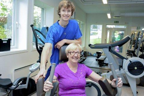 Møttes igjen på treningssenteret: Nå er det André Antonsen som gir instruksjonene, mens hans tidligere lærer, Sheila Brødreskift, gjør sitt beste for å henge med i treningsprogrammet.