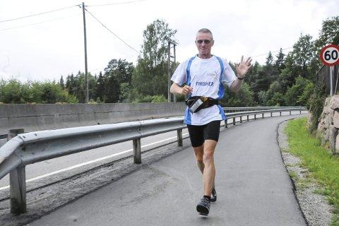 God start: Henry Wehder suste gjennom Lier 8. juli i år. Da hadde han løpt i over tre uker. Formen var god og humøret bra. Det ble tøffere lenger nedover i Europa.