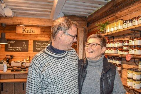 TRIVELIG HANDEL: Hos Grethe og Ragnar Swift på Frukt- og juletregården er det rom for både en hyggelig handel av godsaker til jul, og en pust i bakken i kafeen.