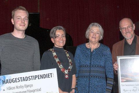 Glade vinnere på Haugestad. Fra venstre: Håkon Norby Bjørgo, ordfører Gunn Cecilie Ringdal, Ragne Sommerseth og Rolf Sommerseth.