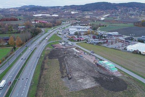 Ferdig 2019: Her på Kjellstad skal det 14.000 kvadratmeter store næringsbygget stå ferdig første kvartal 2019.
