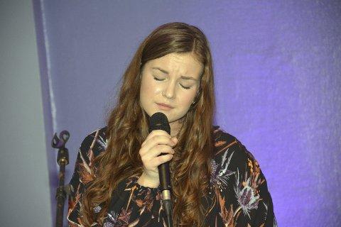 INDERLIG: Andrea Louise Horstad opptrer med en dyp og unik tilstedeværelse, og hennes særpregede tolkninger av julesangene skapte begeistring i Lierskogen kulturkirke torsdag.