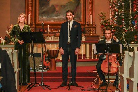 Vakkert: Hannah Agnethe Pold (f.v.) og Simen Bredesen ønsker at romjulskonserten blir en fast tradisjon. Markus Eriksen (til høyre) spilte cello under konserten torsdag.