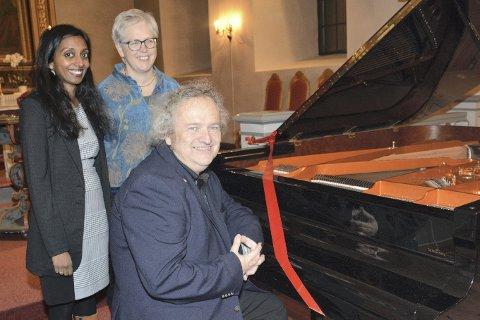 KONSERTFLYGEL: Et Schimmel-flygel er innkjøpt til Frogner kirke for 500.000 kroner. Og det skal ikke stå ubrukt. Søndag var det innvielseskonsert ved Wolfgang Plagge. Her sammen med kantorene Beena Kumar Karpisova og Anne Ma Flaten.