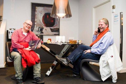 BOLIGKØ: I kø for å kjøpe leilighet. TV-kjendis Jan Erik Larssen (t.v.) og Lars Bernhard Wessel Fevang venter i lokalene til Eiendomsmegler Dahl. Foto: Øyvind Schou