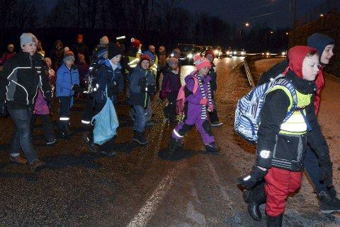 MYE TRAFIKK: Det danner seg raskt kø når elevene skal krysse veien over til Nordal skole.