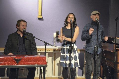 SOUL SINGERS: Knut Anders Sørum og musikerne holdt en superkonsert i Lierskogen kulturkirke søndag. Knut Anders ved el-pianoet, sammen med koristene Karin Okkenhaug Seim og Hans Esben Gihle.