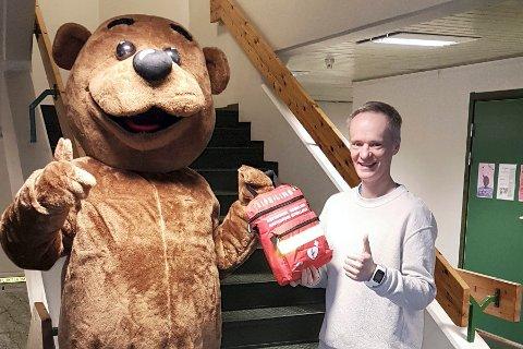 VÆR SÅ GOD: Sportsklubben Krafts egen maskot, Kraftus, overrakte hjertestarteren til skolens verneombud, Halvor Jordbakke.