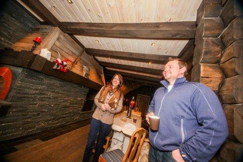 VARM VELKOMST: Linda Marie og Sveinung Opsal har tent peisen i Tømmerstua, som er inngangspartiet til Svensefjøset. Nå har de også fått inn en ny, daglig leder.