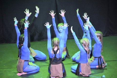 FARGERIKT: Forestillingen Den magiske reisen bød på dans og musikk og fargerike kostymer. To fulle hus på kulturscenen kunne nyte dans fra Amaze dansegruppe forrige søndag.