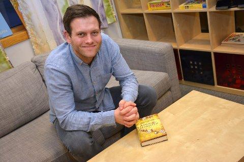 FORFATTEREN: Espen Villseth (32) fra Drammen er både stolt og glad etter sin første bokutgivelse – Aprikosblomsten. Og læreren fra Tranby er allerede i gang med nye bokprosjekter. foto: stein styve