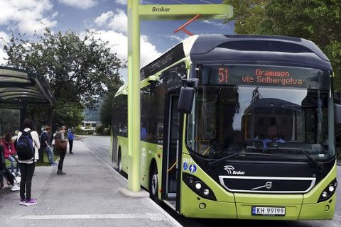 KOMMER: Fra høsten skal seks slike elbusser settes inn i trafikk mellom Drammen og Mjøndalen. Nå har miljøutvalget bedt Lier kommune utrede mulighetene for en lignende løsning mellom Lierbyen, Lier stasjon og Lahell.