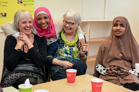 FRIVILLIGE: Eli Kåreid Grønlie og Anne Marie Borgersen er populære blant brukerne av språkkafeen på Lier voksenopplæring.