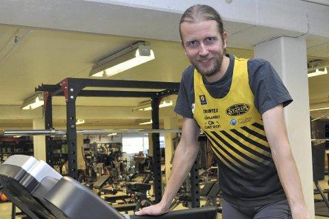 LØPER FOR BARNAS STASJON: Gjermund Sørstad er klar for en ny, lang økt på tredemølla. Det ligger mye hard og jevn trening bak et slikt stunt, som langdistanseløperen håper å få med seg både klubber og bedrifter på.