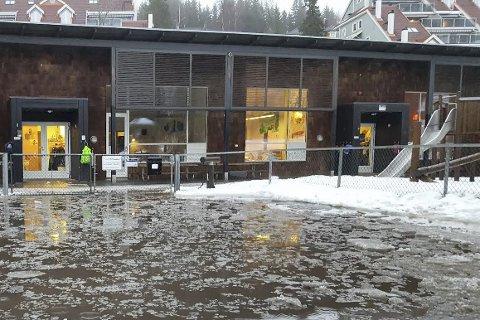 MÅTTE EVAKUERES: Akebakken barnehage ble evakuert i morgentimene mandag. Bildet er tatt for noen uker siden, da parkeringsplassen utenfor barnehagen ble oversvømt av sørpe, snø og vann.