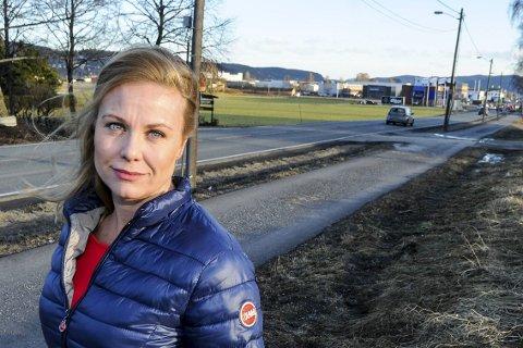 Blir det her: En av traseene som er utredning viser at en framtidig riksvei 23 kan komme til å gå rett over jordene på Vitbank, krysse Ringeriksveien (i bakgrunnen) og gjennom boligfeltet på Moserud. – Dette er en løsning vi ikke aksepterer, sier Aps Silje Kjellesvik Norheim.FOTO: PÅL A. NÆSS