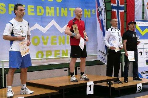 TIL TOPPS: Morten Påsche fra Lier IL Crossminton (i midten) tok hjem seieren i singelklassen for herrer under Slovenia Open søndag.