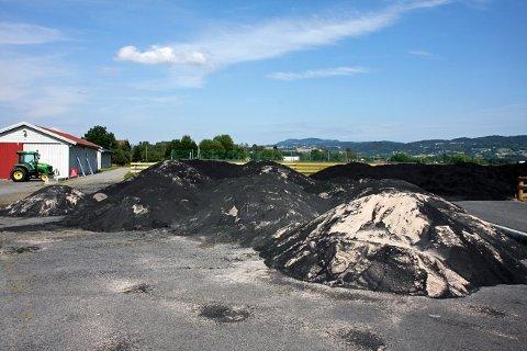 TONNEVIS: I forbindelse med utbedringer av kunstgressbanen på Lier stadion i 2009 ble det gravd opp og deponert flere tonn med grus og gummigranulater. Hvert år etterfylles kunstgressbanene i Lier med ca 18 tonn granulater. Det mener MDG er en trussel mot miljøet.