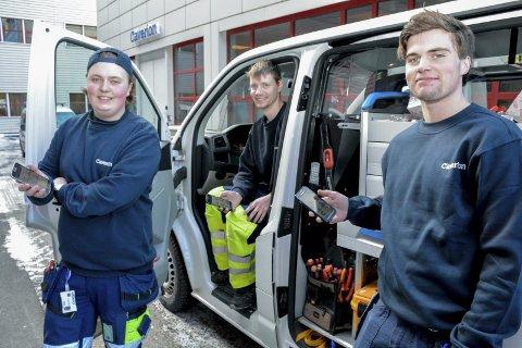 LETT TILGJENGELIG: Med den nye HMS-appen på mobilen kan lærling Lavrans Tjugum, tekniker Vegard Boldvik og lærling Stian Frydenlund lett melde fra om uhell på jobben.