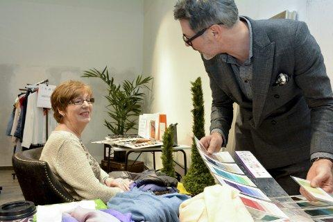 GIR RÅD: Personlig shopper Thrond-Arne Schau gir kundene råd om farge- og stilvalg når det gjelder både klær, sko, hår og briller. Her er det Astrid Johnsen fra Asker som får tips og råd.