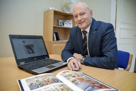 PLANLEGG HJEMME: Administrerende direktør Thomas Kollen i Buskerud Begravelsesbyrå - som Lier Begravelsesbyrå er en del av - viser hvordan man kan planlegge og bestille en begravelse via nettet.