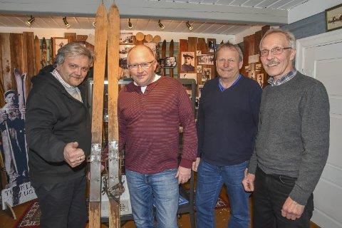 Fint besøk:  Det var et trivelig møte i Haugstua da hoppskiene til Thorleif Haug ble overlevert. F.v.: Knut Olaf Kals, Åsmund Johannessen, Thor Sørlie og Aasmund Lyhus.