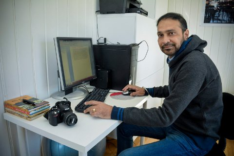 SELVLÆRT: Rupinder Singh Dhillon har en Bachelor of arts på universitetsnivå fra India, og i Norge omskolerte han seg til hjelpepleier. Men på fritiden synes han det er moro å skrive og ta bilder, som blir publiserte i panjabi-språklige nettaviser verden over.
