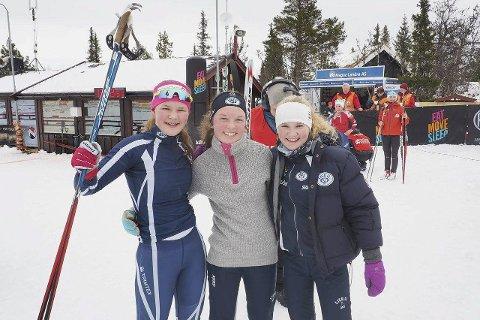PÅ PALLEN: Linnea Winsvold, Ellen Pernille Olsen og Emma Aasen Strømsnes ble nummer tre av 35 lag i jentenes 13-16-årsklasse i fredagens Larsen-stafett i Liatoppen skiskytterfestival.