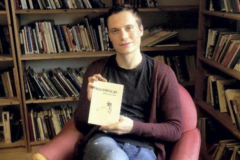 Bidrar i ny antologi: Daniel Tørresvoll Stabu fra Sylling har bidratt med tre dikt, der tema strekker seg fra voldtekt til medias omtale av personer med psykose,  i antologien «Sivilstatus: Øy», som lanseres i Oslo i mai. foto: Marianne Holtan