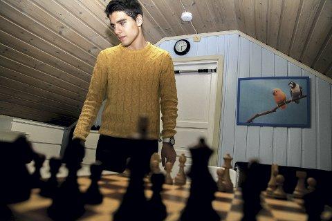 IKKE FORNØYD: Aryan Tari fra Lierskogen er ikke fornøyd med egen innsats og plasseringen etter den internasjonale sjakkturneringen Dubai Open.
