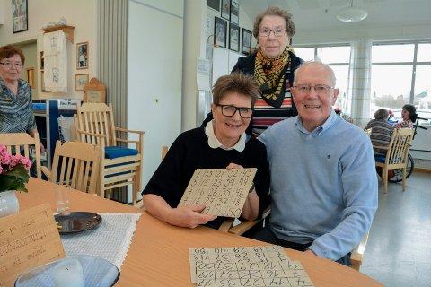 TAKKNEMLIG: Aktivitør Gunnbjørg Johnsen (t.v.) kan ikke få fullrost jobben som Britt Øverby Fossum (73 - ytterst til venstre), Kathleen Stenbro (86), Knut Helge Korvald (81) og de andre frivillige gjør på Nøstehagen.