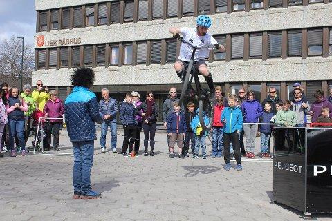 SPEKTAKULÆRT SHOW: Erik Solbakken imponerte de frammøtte under sykkelshowet på rådhusplassen lørdag.
