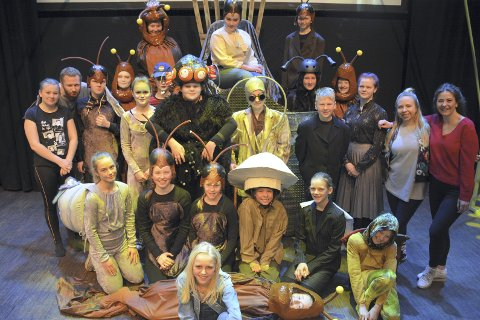 KRAVLENDE KRYP: Ensemblet i Høvik Barne og Ungdomsteater gjør seg klart til siste innspurt før fredagens urpremiere på Onkel Gerwins hemmelighet på Lier kulturscene.
